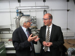 Professor Haenel erläutert Karsten Rick Radtke das Verfahren